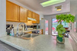 A kitchen or kitchenette at McLennan Oak