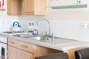 A kitchen or kitchenette at Lombard Road Apartment