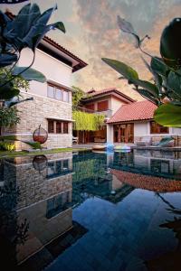 The swimming pool at or close to Dasa Villa
