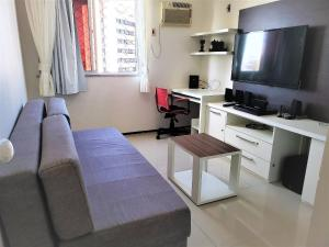 A television and/or entertainment centre at Fort Melody Aldeota By DM Apartments