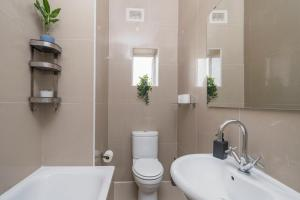A bathroom at West End Nest