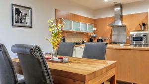 A kitchen or kitchenette at Elegant Apartment Near SECC/HYDRO in Finnieston, Glasgow