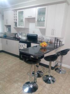 A kitchen or kitchenette at Sheilas home away from home