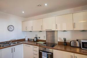Кухня или мини-кухня в Flexi-Lets@Woking Town Centre