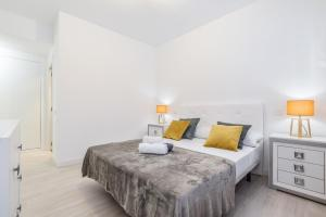 A bed or beds in a room at EXCLUSIVO APARTAMENTO ZONA CENTRO FINANCIERO 8 PAX