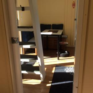 سرير بطابقين أو أسرّة بطابقين في غرفة في Oxford Tiny House
