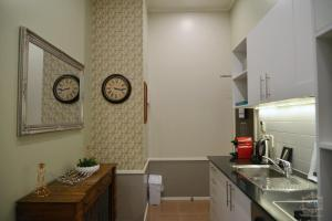 A kitchen or kitchenette at Auckland City Hotel - Hobson St