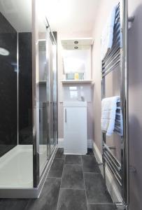 A bathroom at Meanwood Leeds Slp 19