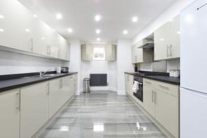 A kitchen or kitchenette at Meanwood Leeds Slp 19