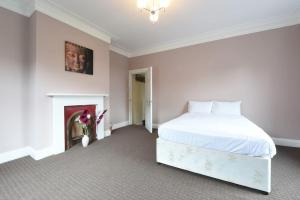 A bed or beds in a room at Meanwood Leeds Slp 19