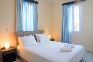 A bed or beds in a room at Sea Breeze Hotel Apartments & Residences Chios