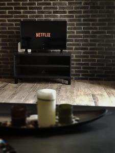 Μια τηλεόραση ή/και κέντρο ψυχαγωγίας στο Meteora House- Cozy Living