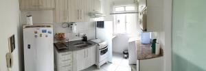 A kitchen or kitchenette at Apartamento a 150 mts da praia
