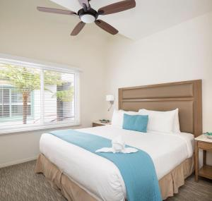 A bed or beds in a room at WCH at Wave Crest Resort