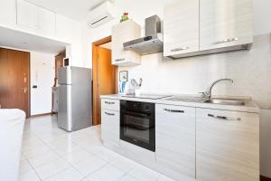 A kitchen or kitchenette at Barona Garden Apartment