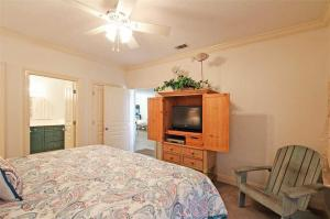 A bed or beds in a room at Emerald Dunes #602