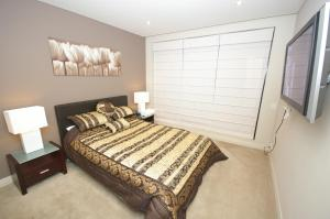 A bed or beds in a room at Pyrmont Point Modern Apartments