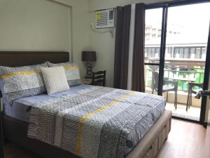 A bed or beds in a room at MaRoy Suites at Asteria Residences (Near NAIA with free Parking+Fiber Internet)