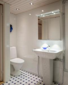A bathroom at Chic apartment in trendy Kallio with private sauna