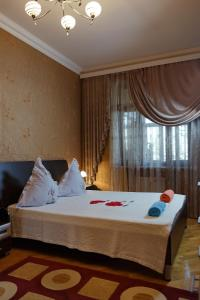 A bed or beds in a room at Park Bulvar Apartment