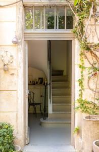 The facade or entrance of Maison XIXe et Jardin en Intramuros