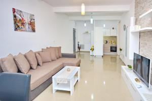A seating area at Apartment Dobrota View