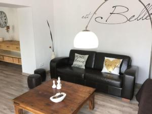 A seating area at Très jolie location vacances climatisée, 6 personnes proche des Baux de Provence, située au coeur des Alpilles à Mouriès, LS1-312 Clarta