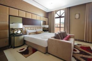 A bed or beds in a room at Orange Lake Villa- Jumairah golf estate