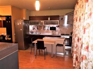 A kitchen or kitchenette at Apartment in Bucuresti Titan