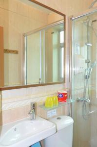 A bathroom at Bali Holiday Resort
