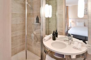 A bathroom at Aparthotel Adagio Genève Mont-Blanc