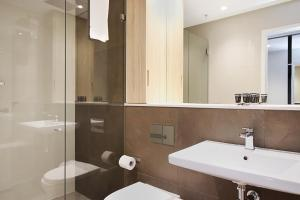 A bathroom at DD Apartments on Day