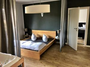 A bed or beds in a room at Mosel Quartier 32