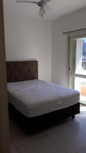 A bed or beds in a room at Apartamento no centro de Torres
