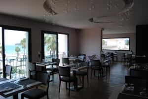 Ein Restaurant oder anderes Speiselokal in der Unterkunft Appart'hôtel Le Dauphin