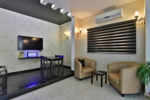 A television and/or entertainment center at OYO 287 Al Hamlol Hotel