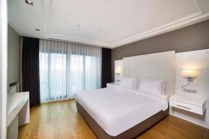 سرير أو أسرّة في غرفة في Radisson Residences Avrupa TEM Istanbul