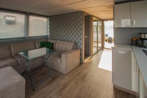 A kitchen or kitchenette at AMBER HOUSEBOAT