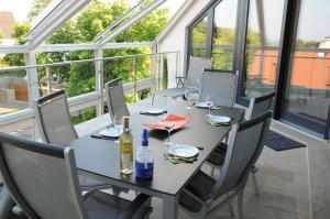 A restaurant or other place to eat at Villa Park Executive Apartment Balatonfüred