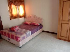 A bed or beds in a room at VILLA KUSUMA AGRO KOTA BATU
