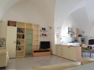 A kitchen or kitchenette at La Casa Sul Porto
