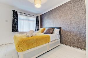 A bed or beds in a room at Sapphire Luxury Home