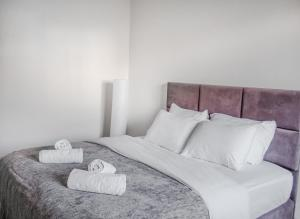 A bed or beds in a room at Mary's Well 3BR By Ahlan Hospitality