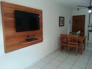 """Una televisión o centro de entretenimiento en Apartamento Canasvieiras - Predio residencial """"Porto di Mare"""""""