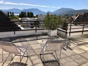 A balcony or terrace at Appartement duplex, lumineux et calme