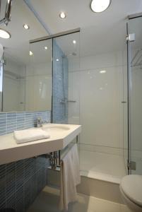Een badkamer bij Apartamentos Ferrera Beach