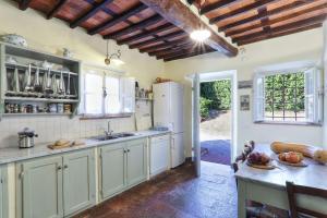 A kitchen or kitchenette at Villa Casa Rosa