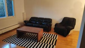 A seating area at Apartment 2 in Cote Saint-Luc Montreal