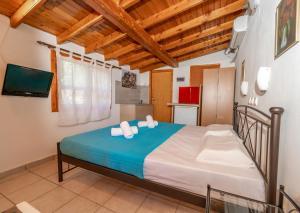 Un pat sau paturi într-o cameră la Villa Michalis