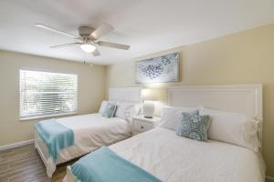 A bed or beds in a room at The Solaster - One of The Cottages on the Key